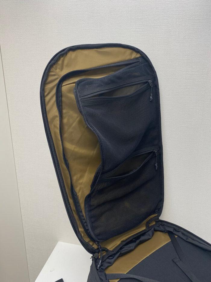 1つのバッグの中に、カメラと衣類のセクションが存在する